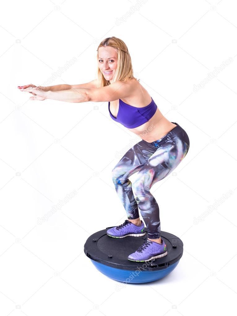 Ejercicio de la mujer con una pelota de pilates — Foto de stock ...