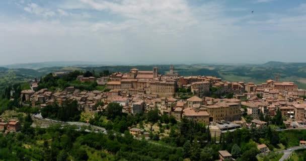 Letecký Drone Pohled na úžasné Montepulciano Staré Město se nachází v Highlandu. Toskánsko