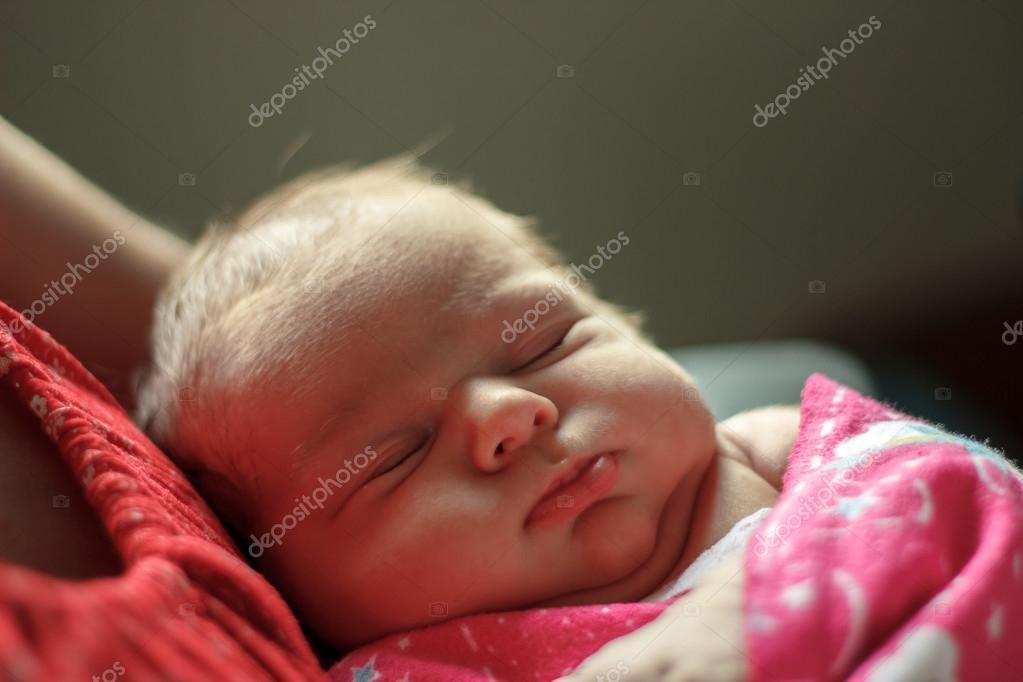 Baby Schläft Auf Der Brust Der Mutter Stockfoto Panihabrovich