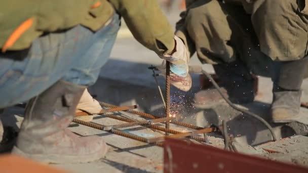 svařování bezpečnosti lidí nebo stavební dělník v práci přesčas