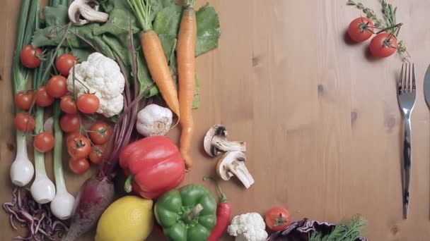 Složení potravin na stole. Čerstvá zelenina barevné.