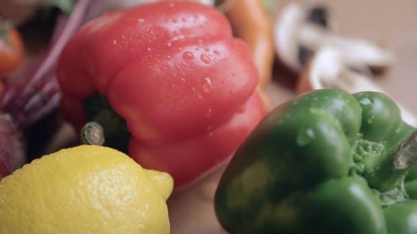 A vízcseppek a tábla piros és zöld paprika