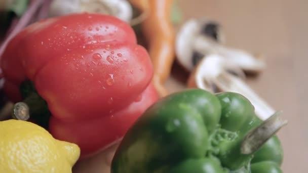 Zöldségek, víz csepp az asztalon. Zöldség csendélet