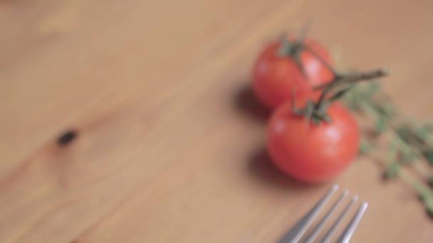 Čerstvá zelenina na stole. Cherry rajčata s kapkami vody