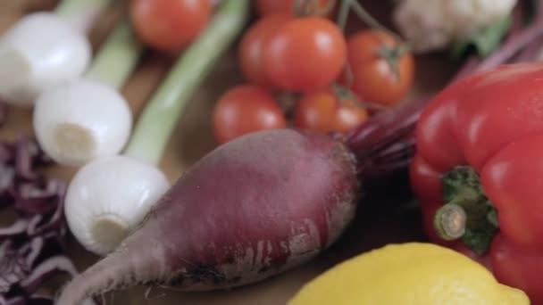 Rüben mit Wassertropfen auf dem Tisch. frische Gemüsemischung