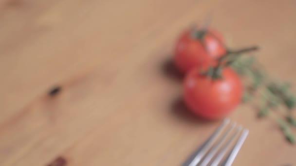 Zelenina a vidličkou na dřevěný stůl. Rajčata s kapkami vody
