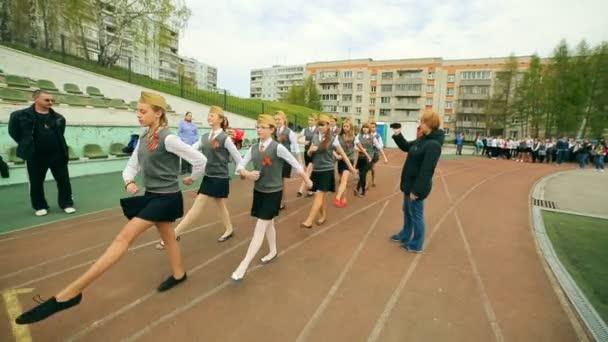 Rußland, Novosibirsk, 2015: Studenten-Marsch durch das Schule-Stadion