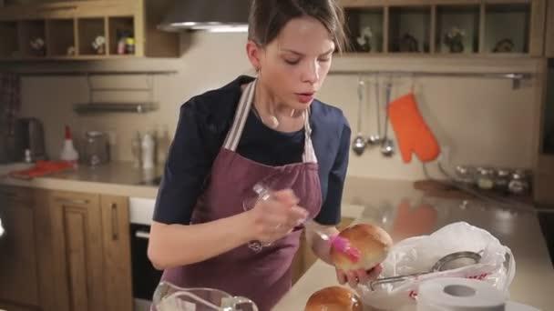 Elkenődött zsemle mázzal. Háziasszony frissen sütött kenyér. Friss pékség