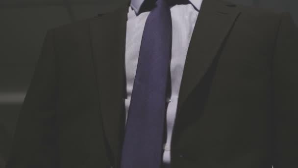 Vestito degli uomini. Riordinare il suoi vestiti delluomo di affari. Giacca corretto.