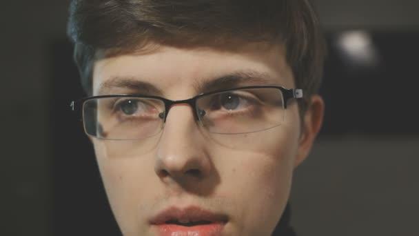 Portrét znepokojující muž s brýlemi. Vpravo a vlevo