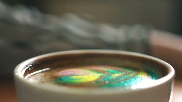 Barva latte zabránit lžičkou. Rainbow latte.