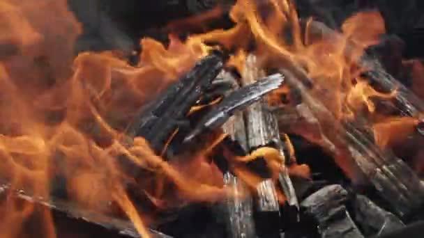 Nahaufnahme von Flammen, die auf schwarzem Hintergrund brennen, Zeitlupe.