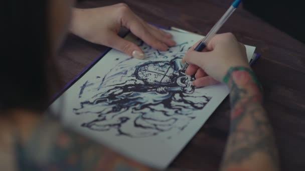 Tetoválás mester-átvezetések mintázata ceruzával papír.