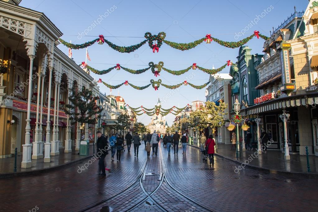 [Saison] le Noël Enchanté Disney (du 9 novembre 2019 au 6 janvier 2020) - Page 10 Depositphotos_82325504-stock-photo-disneyland-paris-during-christmas-celebrations