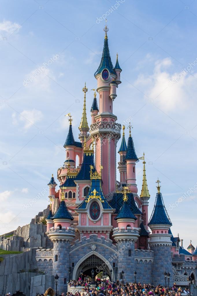 a4ff7dfab2b10b Disneyland Parijs kasteel – Redactionele stockfoto © bukki88  82326228