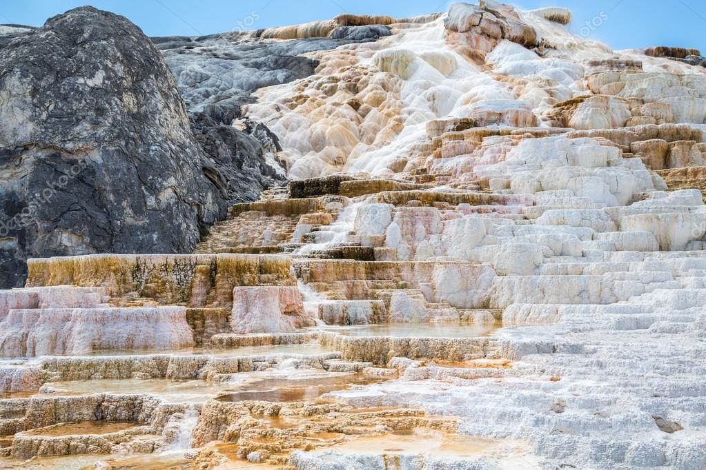 mamut spings caliente en parque nacional de yellowstone wyoming