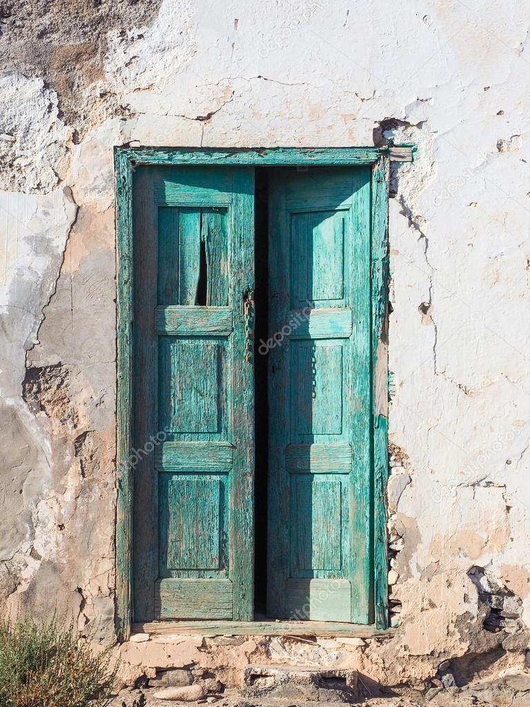 vieille maison pourrie avec une porte en bois verte. Black Bedroom Furniture Sets. Home Design Ideas