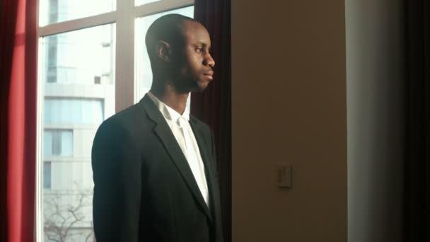 African American podnikatel při pohledu na fotoaparát