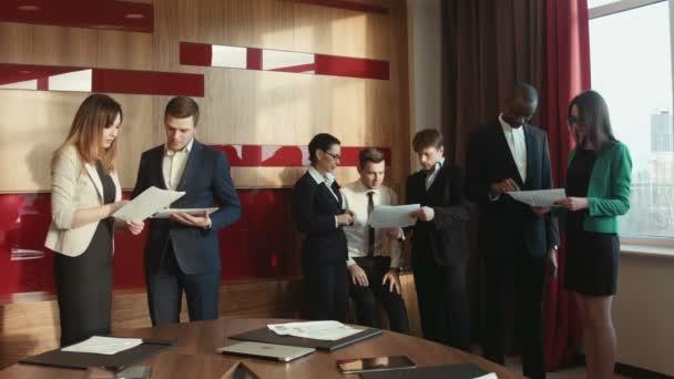 Gruppe von erfolgreichen Unternehmern zu diskutieren