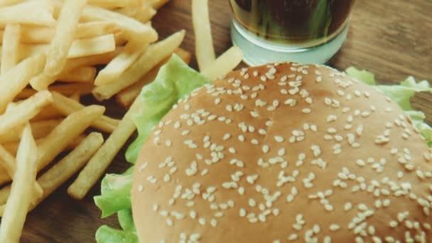 Hamburger sendviče a hranolky na podnose