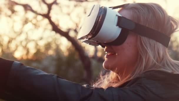 Lány kültéri, néz a video 360 fok