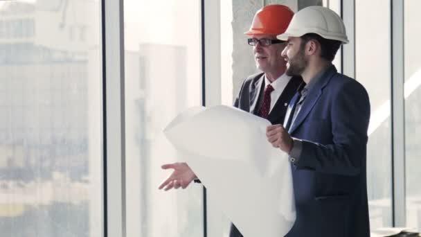 Architekti s stavební plán v rukou