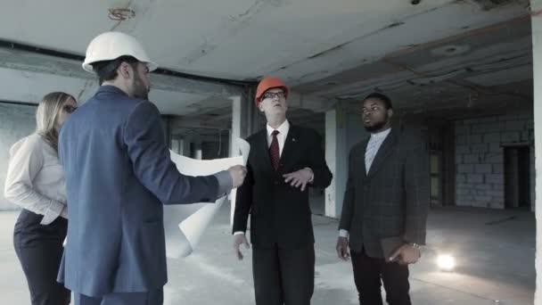 Architekti diskutovat s bohatými zákazníkem přestavbu bývalé továrny shop v moderní loft