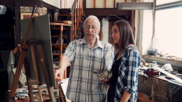 Yaşlı öğretmen Ressam Genç Kızla Boyama Stok Video