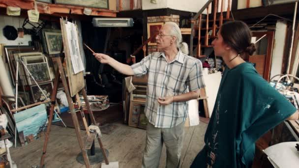 Zkušení umělci diskusi obraz ve studiu