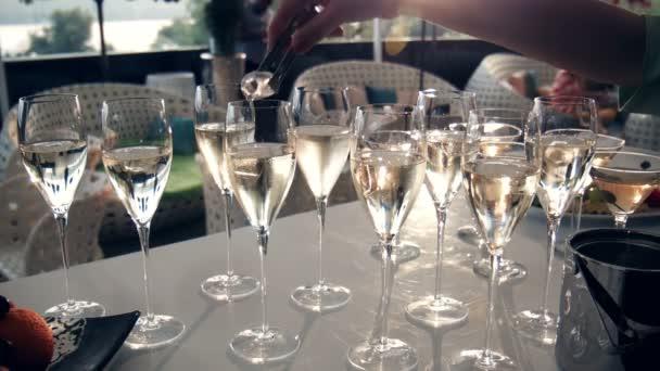 Stůl plný sklenic na víno