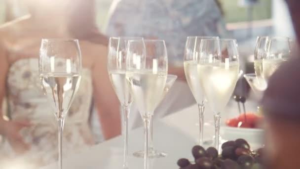 Fonduetopf und Weingläser mit Früchten