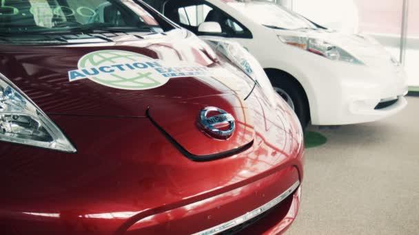 Zaporozhye, Ukrajina - 30. července 2016: Detailní červené elektrické auto na nabíjecí bod