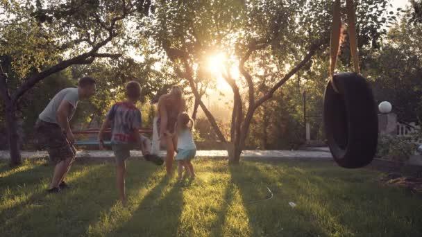 Rodič s dětmi doma s houpačkou