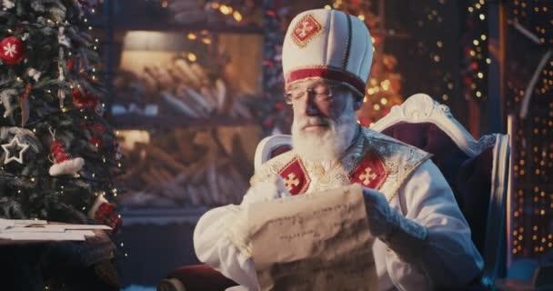 Bärtiger Nikolaus vergleicht Briefe mit Liste