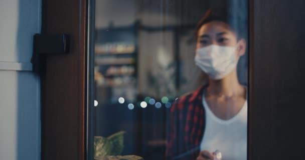 Glückliche Frau begrüßt Gäste nach Pandemie im Café