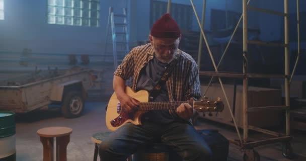 Reifer Gitarrist spielt Song in Garage