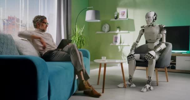 Reifer Mann steuert Roboter zu Hause