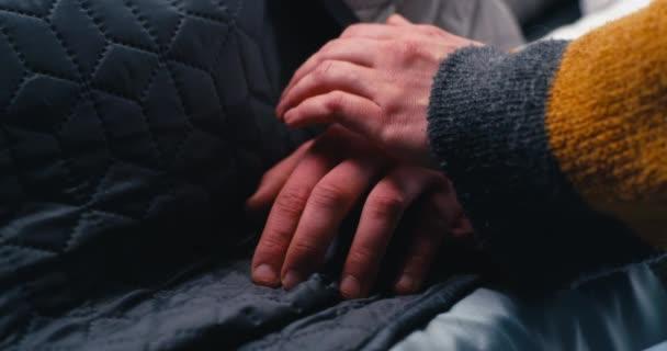 Erntefrau unterstützt Ehemann im Krankenhaus
