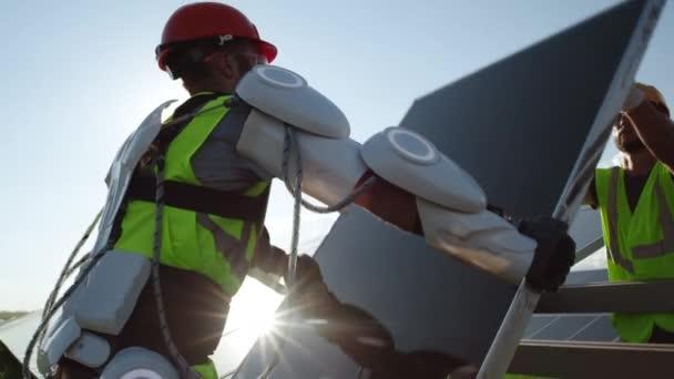 Männliche Techniker installieren Solarzelle an sonnigem Tag