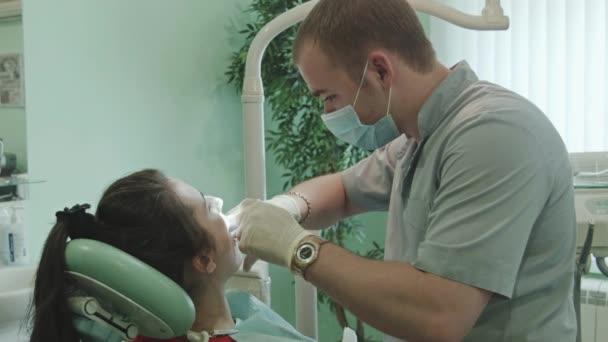 Il dentista tratta del dente