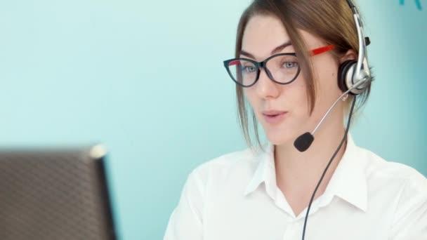 Žena řeší problém zákaznické call centrum