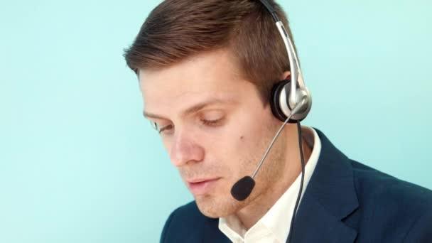 Muž řeší problém zákaznické call centrum
