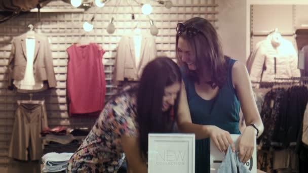 Mädchen lachen und messen Röcke