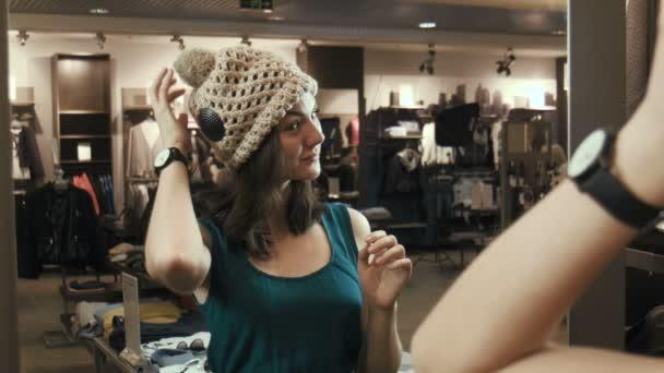 Dívka se snaží na čepici