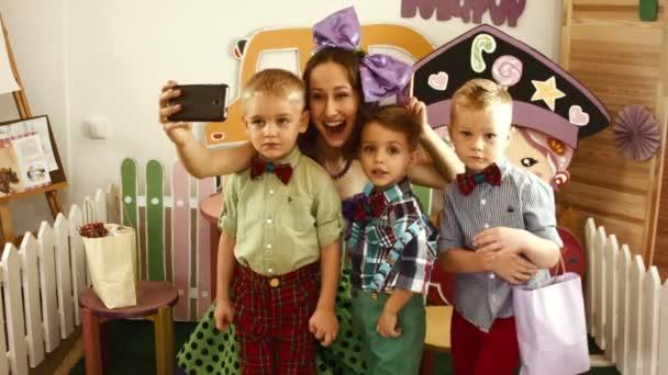 Dívka a tři chlapci se selfie