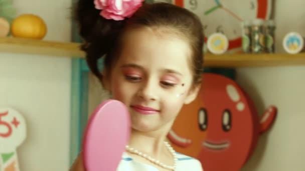 Dívka se hraje s candy