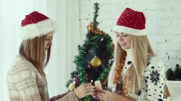 auf Weihnachtskerze in Brand gesteckt