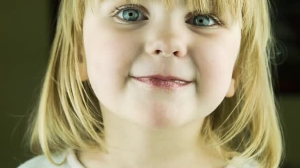 Roztomilá holčička vyhlásí jazyk ve fotoaparátu