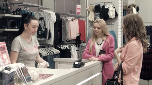 Dívka si koupí šaty a s kreditní kartou se vyplatí
