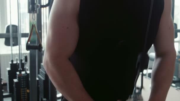 kulturista trénink v tělocvičně